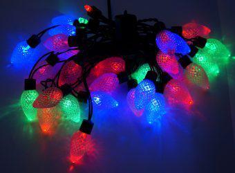 Гирлянда электрическая Новогодняя сказка Шишки 30 LED, цветное свечение, черный провод , 971208 гирлянда электрическая новогодняя сказка 100 led портьера уличн белое свечение черн провод 7 реж