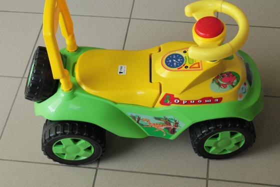 ОР198 Каталка машинка Ориоша с клаксоном зелёный rt ор105 каталка машинка джипик с клаксоном красная